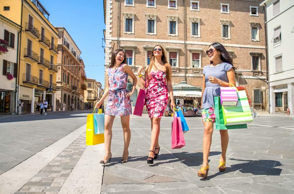 girls-shopping-friends