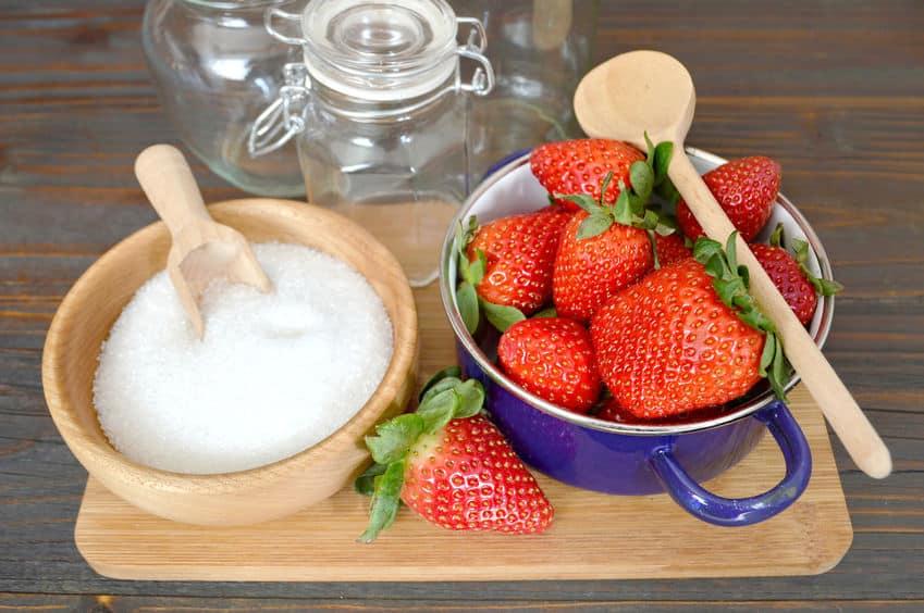 60071491 - making strawberry jam